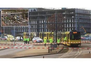 Polis memasang perimeter sekitar landasan tram, di mana seorang lelaki melepaskan tembakan.