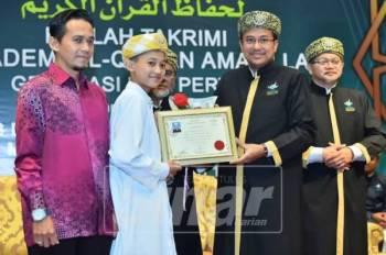 Ahmad Samsuri (dua, kanan) menyampaikan sijil penghargaan kepada pelajar cemerlang sempena Haflah Takrimi Akademi Al-Quran Amalillah (Akmal) kali pertama yang diadakan di Taman Tamadun Islam (TTI), hari ini.