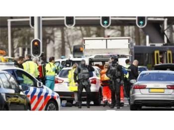 Polis antipengganas tiba berhampiran kawasan landasan tram di bandar Utrecht.