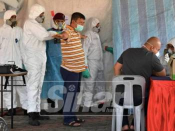 Anggota pasukan dari Unit Bahan Berbahaya (Hazmat) menggunakan peralatan Chemical Detector AP4C untuk mengesan sisa toksik dan bahan kimia pada seorang lelaki ketika mendapatkan rawatan awal di Stadium Tertutup Majlis Perbandaran Pasir Gudang.