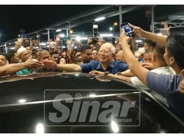 Orang ramai tidak melepaskan peluang untuk bersalaman dengan Najib.