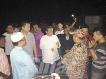 Aminuddin semasa melawat ke lokasi kejadian kebakaran melibatkan lima rumah di Ulu Rantau tadi.
