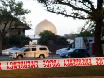 Pita keselamatan polis diletakkan di lokasi insiden serangan pengganas yang menyasarkan dua masjid di Christchurch, Jumaat lalu. - Foto AFP