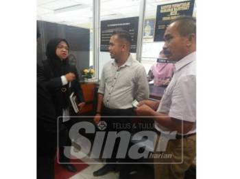 Pengurus Operasi, Tuan Fazlan Tuan Azhar (kanan) yang mewakili syarikat Paraforce Sdn. Bhd membayar denda RM1,000 yang dikenakan terhadapnya oleh Mahkamah Majistret Setiu hari ini.