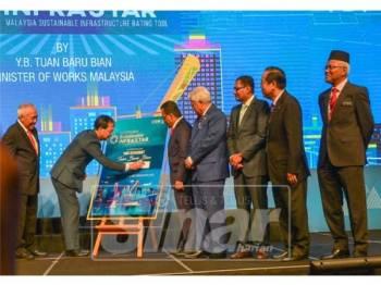 Menteri Kerja Raya, Baru BIAN menandatangani plak sebagai simbolik perasmian Minggu Pembinaan Antarabangsa 2019 (ICW 2019) dan pameran perdagangan, ASEAN Super 8 di Pusat Perdagangan dan Pameran Antarabangsa Malaysia (MITEC), Kuala Lumpur, hari ini. - Foto SHARIFUDIN ABDUL RAHIM