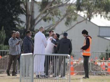 Antara ahli komuniti Muslim yang hadir ke kawasan perkuburan. - Foto NZ HERALD