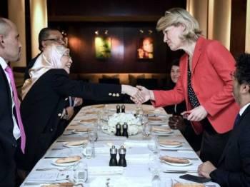 Datuk Seri Dr Wan Azizah Wan Ismail bersalaman bersama anggota parlimen Perancis Anne Genetet pada majlis mesyuarat makan tengahari bersama anggota parlimen Perancis berkenaan minyak sawit di Paris semalam. Foto: Bernama