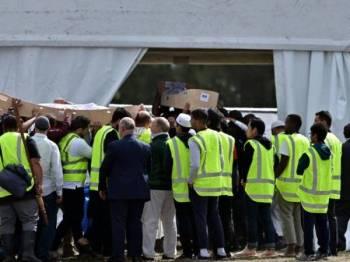 Jenazah Khalid Mustafa dan anak lelakinya Hamza Mustafa yang terbunuh susulan serangan masjid Christchurch Jumaat lalu, diusung di Tanah Perkuburan Memorial Park Linwood. - Foto AFP