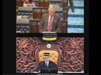 Dr Mahathir mengamatkan Dewan, pagi ini.
