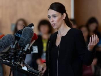 Perdana Menteri New Zealand Jacinda Ardern bercakap kepada pelajar ketika lawatan ke Sekolah Tinggi Cashmere yang turut kehilangan dua pelajar dalam serangan masjid Christchurch, Jumaatt lalu.- Foto AFP