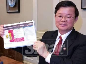 Kon Yeow menunjukkan projek yang dibincangkan dalam mesyuarat NCIA bersama Dr Mahathir, Isnin lalu.