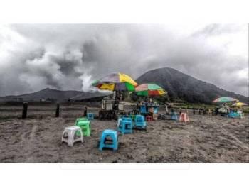 Gunung Bromo kembali mengalami letusan sebanyak 28 kali, kelmarin. namun masih selamat untul dikunjungi.