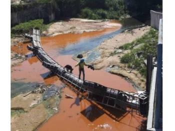 Sungai keruh disebabkan kesan lumpur.