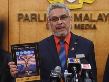 Menteri Wilayah Persekutuan Khalid Abdul Samad ketika sidang media mengenai Aset Kayamas Sdn Bhd yang telah menyumbang sebuah unit rumah kepada atlet bina negara Mohd Syarul Azman Mahen Abdullah di Bangunan Parlimen hari ini. - Foto Bernama