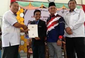 Mohd Nazri (kiri), menyampaikan sijil kepada Muhammad Syafiq.