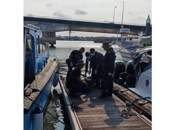 Mayat mangsa pertama dibawa ke jeti sebelum diserahkan kepada polis untuk tindakan lanjut.