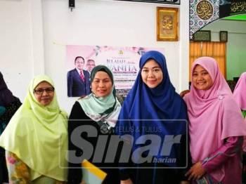 Zuraida (kanan) merakam gambar bersama penceramah bebas, Datuk Dr Norhafizah Musa dan peserta program Jelajah Untukmu Wanita daerah Kuala Terengganu yang diadakan di Masjid Al-Hijrah Program Perumahan Rakyat (PPR) Hiliran, di sini, hari ini.