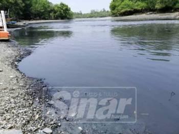Air sungai berbau busuk dan berminyak didakwa berpunca daripada sisa kumbahan kilang.