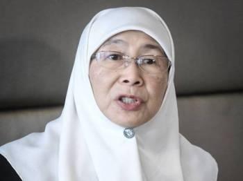 Timbalan Perdana Menteri Datuk Seri Dr Wan Azizah Wan Ismail pada sidang media bagi mengakhiri lawatan kerja selama empat hari di Paris semalam. Foto: Bernama