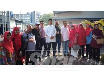 Mohd Razlan (tengah, baju putih) hadir ke Bukit Aman untuk dirakam keterangan berhubung kenyataan kontroversinya.