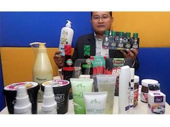 Ismainur menunjukkan antara produk buatan Malaysia