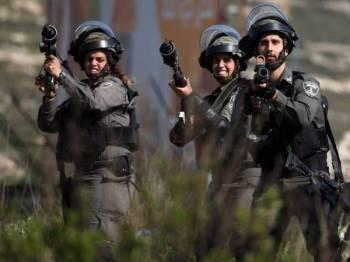 Tentera Israel melepaskan gas pemedih mata ke arah penduduk Palestin di Ramallah.