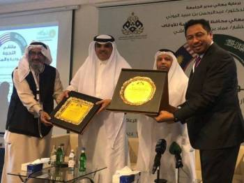 (Dari, kanan) Mohammad Sahar, Abdulrahman Obaid, Menteri Awqaf Saudi Arabia dan Pengarah Awqaf King Abd Aziz University, Dr Esam Kouthr.