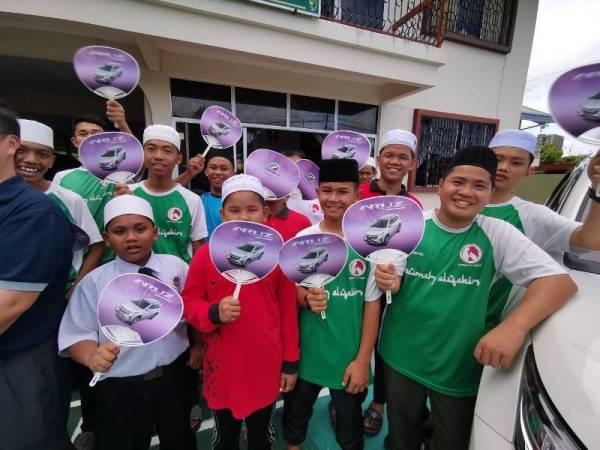 Anak-anak yatim Al-Yakin, Sandakan gembira menerima kunjungan Perodua.