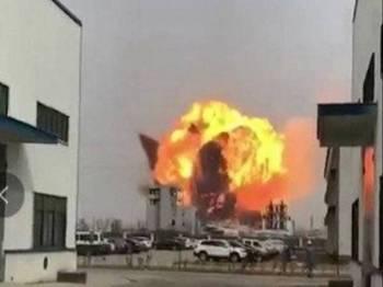 Imej pegun dari rakaman video di Twitter menunjukkan letupan besar di sebuah kemudahan kimia di wilayah Yancheng.