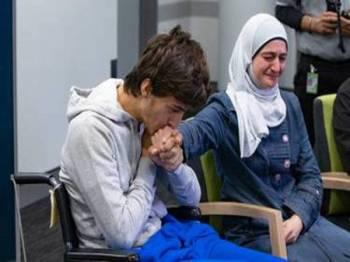 Zaid ditemani ibunya, Salwa ketika menceritakan kembali serangan yang meragut nyawa bapa dan abangnya. - Foto Mark Mitchell