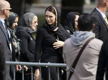 Perdana Menteri New Zealand Jacinda Ardern berada di Hagley Park bagi memperingati mangsa yang maut susulan serangan masjid Christchurh pada 15 Mac lalu. - Foto AFP