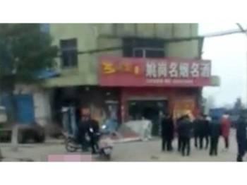 Enam maut dirempuh kenderaan di bandar Zaoyang, wilayah Hubei. dalam kejadian awal pagi tadi. - Foto SCMP