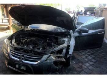 Keadaan kereta rasmi Mohd Asri yang terbakar dipercayai akibat perbuatan khianat di rumahnya, pagi tadi.