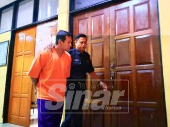 Ahmad Murad dibawa keluar dari mahkamah (blur kan mukanya)