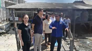 Kar Hing (dua, kiri) meninjau keadaan Jeti Penumpang Kuala Sepetang sewaktu program lawatan kerja ke pusat pelancongan Kuala Sepetang, hari ini.