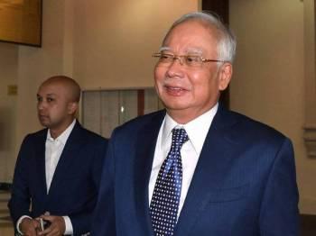Bekas Perdana Menteri Datuk Seri Najib Tun Razak (kanan) keluar dari Mahkamah Tinggi hari ini selepas sebutan semula tujuh pertuduhan membabitkan dana SRC International Sdn Bhd berjumlah RM42 juta. Foto: Bernama