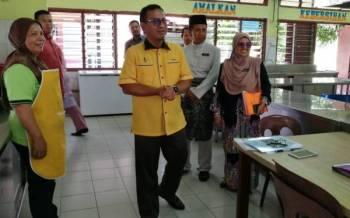 Fadhilah (kanan) mengiringi lawatan diketuai Zainol Fadzi hari ini.