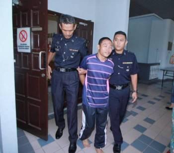 Muhammad Saifuddin dibawa keluar dari kamar Mahkamah Majistret Melaka, Ayer Keroh, hari ini.