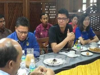 Kar Hing (tengah) sewaktu menghadiri program lawatan kerja ke Kuala Sepetang hari ini.