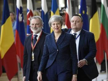 May (tengah) ketika menghadiri sidang kemuncak EU yang memfokuskan isu Brexit di Brussels, semalam. - Foto: AFP