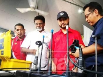 Xavier dan Mukhriz dibawa melawat pameran disediakan sempena Sambutan Hari Air Sedunia Peringkat Kebangsaan 2019 Pantai Merdeka, Kota Kuala Muda, Kedah.