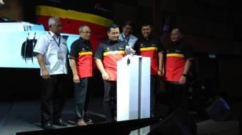 Amirudin (tengah) melancarkan simbolik perasmian program Jelajah Pendidikan Selangor 2019.