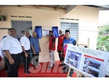 P.Prabakaran merasmikan penyerahan rumah Projek Baiti Jannati TNB kepada Mohd Ridzuan (tiga, kiri).