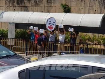 Gambar mahasiswa memegang plakad turut dikongsikan di laman sosial milik bekas Perdana Menteri itu. - Foto Facebook Najib