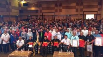 Amirudin bergambar bersama pelajar-pelajar lepasan STPM dan SPM yang hadir ke program Jelajah Pendidikan Selangor 2019 hari ini.
