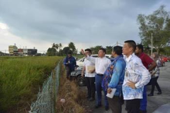 Nga Kor Ming (tiga, kanan) ketika mengadakan lawatan ke Hospital Teluk Intan, hari ini.