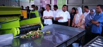 Zuraida (tiga, kanan) mendengar penerangan Ir Mhd Saiful Anuar (dua, kiri) berhubung operasi mesin pengasingan dan pemprosesan sampah.