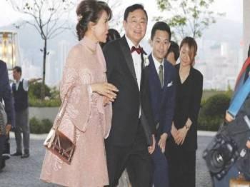 Thaksin menyambut ketibaan Puteri Ubolratana di pekarangan Hotel Rosewood di Hong Kong.