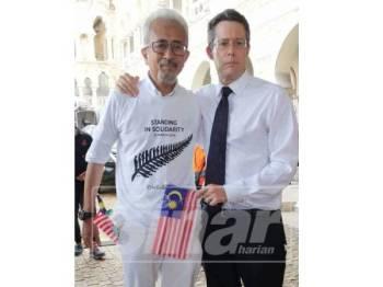 Raja Bahrain (kiri) bersama Duta New Zealand, Hunter Nottage yang hadir pada Perhimpunan Solidariti Kedamaian di Dataran Merdeka, Kuaka Lumpur, hari ini.