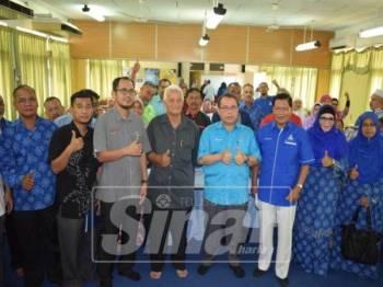 Abdul Fattah ( tengah ) bersama pemimpin koperasi selepas merasmikan program memperkasakan Gerakan Koperasi Angkasa Negeri Pahang Zon 3 di Dewan Pusat Pertanian Pintu Padang Raub,baru-baru ini